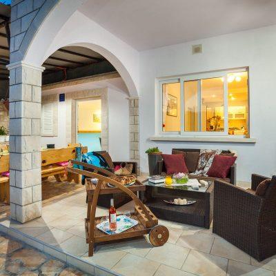 villa jakas at night 03 400x400