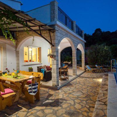 villa jakas at night 06 400x400