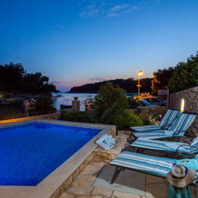 villa jakas at night 07 400x400