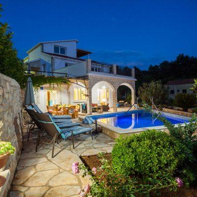 villa jakas at night 09 400x400