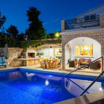 villa jakas at night 10 400x400