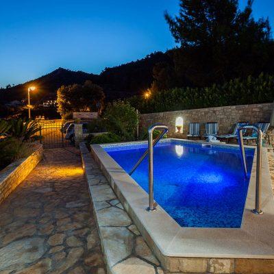 villa jakas at night 11 400x400