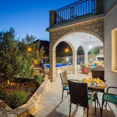 villa jakas at night 12 400x400